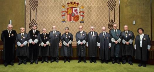 Posan en la Sala de Vistas del Tribunal Constitucional, de derecha a izquierda de la imagen: (1) Dª. María Luisa Balaguer Callejón, (2) D. Ricardo Enríquez Sancho, (3) Antonio Narváez Rodríguez, (4) D. Juan Antonio Xiol Rios, (5) D. Juan José González Rivas, (6) D. Andrés Ollero Tassara, (7) Dña. Encarnación Roca Trías, (8) D. Fernando Valdés Dal-Ré, (9) D. Santiago Martínez-Vares García, (10) D. Pedro González-Trevijano Sánchez, (11) D. Alfredo Montoya Melgar, (12) D. Cándido Conde-Pumpido Tourón. ©Tribunal Constitucional. El Tribunal no sólo ha acordado la suspensión cautelar de la Ley de Referéndum y los Decretos firmados por el Govern con el fin de realizar la consulta el 1 de octubre, sino que también ha decidido apercibir personalmente a los 947 alcaldes catalanes y a no menos de 62 altos cargos de la Generalitat recordándoles el deber que tienen de no participar en la organización del referéndum del 1 e octubre. Admitido a trámite el incidente de ejecución y rechazada la recusación planteada por Forcadell El TC ha publicado hoy la providencia con la que acuerda tramitar el incidente de ejecución planteado ayer contra los acuerdos de la Mesa del Parlamento de Cataluña que han permitido el debate y aprobación de la Ley del Referéndum. En ella, el Cosntitucional da traslado al Ministerio Fiscal y al Parlamento de Cataluña de todas las peticiones realizadas por el Gobierno en su escrito, abriendo el plazo de tres días para realizar alegaciones. Recordemos que La última reforma de la ley orgánica del TC del 2015 permite a esta institución suspender cautelarmente a los cargos que ignoren sus resoluciones, con el fin de asegurar que se ejecuten sus sentencias. La reforma permite al TC imponer multa -de €3.000 a €30.000-, la suspensión cautelar de funciones y también la ejecución sustitutoria de la sentencia no cumplida.http://eastwind.es/tribunal-constitucional-suspende-la-ley-referendum-2/