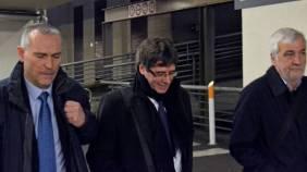En el centro el ex President Catalán CARLES PUIGDEMON.- A su derecha, el Mosso de Ezcuadra LLUIS ESCOLA.- A https://www.elconfidencial.com/espana/cataluna/2018-02-08/mosso-puidemont-escolta-lluis-escola_1518875/u izquierda, su amigo y empresario gerundense JOSEP MARIA MATAMALA ALSINA