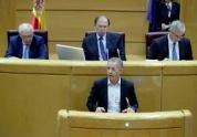 """El Partido Popular acabó cediendo en aras del consenso y aceptó la enmienda del PSOE sobre los medios públicos catalanes. No habrá control de TV3. Antes, los socialistas retiraron el texto según el cual el 155 podía paralizarse en caso de elecciones en Cataluña. Las negociaciones, que llegaron a romperse, duraron la noche del jueves y buena parte del viernes. Mariano Rajoy y Pedro Sánchez despacharon telefónicamente en varias ocasiones. Por partes. El portavoz socialista, Ander Gil, dio un giro inesperado de los acontecimientos en la Cámara Alta al retirar voluntariamente la enmienda que pedía al Gobierno no aplicar el Artículo 155 de la Constitución si se convocaban elecciones. Lo hacía durante el pleno en el que Rajoy anunció las medidas que después iban a ser aprobadas por el Consejo de Ministros. """"Nosotros estamos con la Constitución y no con el Gobierno"""", recordó Gil en su discurso. Después, en los pasillos, aseguró que no transigían sobre el texto relativo a TV3 y, en un momento determinado, dio por rotas las negociaciones pese a que el PP ofreció que el control de los medios públicos correspondiera a la junta electoral y la comisión del Senado, no al Gobierno. El PSOE se mantuvo firme y, finalmente, fue el PP, con la autorización de Rajoy, el que optó por hacer suyo el documento socialista. Javier Arenas fue el encargado de comunicarlo. En concreto, el texto socialista que ahora asume el PP dice textualmente: """"Se excluyen de la aprobación del Senado las previsiones del último párrafo de este apartado respecto al ejercicio de las facultades de la Generalitat en el ámbito del servicio público autonómico de comunicación audiovisual"""". En otras palabras, el paquete de medidas del Consejo de Ministros no incluye el control de los medios públicos, ya que ese capítulo ha quedado borrado del documento remitido por la Cámara Alta.http://www.libertaddigital.com/espana/2017-10-27/el-psoe-retira-su-enmienda-para-frenar-el-155-si-hay-elecciones-1276608191/"""