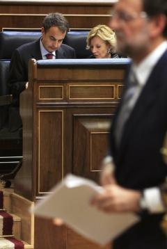 En primer plano Mariano Rajoy, al fondo, José Luis Rodríguez Zapatero y Elena Salgado, en el pleno del Congreso de los Diputados del 12 de mayo de 2010. GORKA LEJARCEGI https://elpais.com/diario/2010/05/16/domingo/1273981953_850215.html