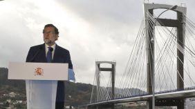 """….""""Al inicio de su intervención, en la Asamblea General de Socios del Círculo de Empresarios de Galicia, el Presidente Rajoy ha contrapuesto los dramáticos efectos de la crisis económica que se vivió en España entre los años 2009 y 2013 con la situación actual, donde se ha producido un giro de 180 grados. Según ha apuntado, durante esos cinco años, España perdió el 10% del Producto Interior Bruto (PIB), """"los ingresos tributarios del Estado se redujeron en 70.000 millones de euros"""" y se destruyeron más de 3.800.000 puestos de trabajo, lo que provocó un """"fuerte endeudamiento"""" y una """"acumulación de desequilibrios económicos"""". Gracias a una """"política económica adecuada"""", a """"las reformas necesarias"""" y al """"esfuerzo de los españoles"""", se ha podido dar la vuelta a la situación, ha dicho el presidente. Hoy, en España """"por cuarto año consecutivo el crecimiento viene acompañado de creación de empleo y superávit externo. Se trata de una combinación de tres elementos que en nuestro modelo económico no se había dado nunca"""" y que hay que seguir manteniendo en el futuro, ha apuntado Rajoy. Para 2018, ha agregado el jefe del Ejecutivo, se prevé un crecimiento económico """"del entorno del 2,7%"""" y el 2,5% en los años siguientes. Ese """"crecimiento equilibrado"""" permitirá """"seguir creando empleo"""" y poder alcanzar así el objetivo de """"los 20 millones de españoles trabajando en 2020"""". Se recuperaría de esta forma, el nivel de empleo anterior a la crisis, con lo que la tasa de paro se situaría el 10,7% (llegó a estar en el 26,9%). En relación a Cataluña, ha manifestado que necesita un gobierno """"viable"""", que """"cumpla la ley"""", que sea """"capaz de dialogar en serio"""" y trabajar """"por recuperar la normalidad institucional, económica y social"""". Además, ha confiado en la responsabilidad de las fuerzas políticas para aprobar los Presupuestos para 2018. Intervención de Mariano Rajoy en la inauguración de la Asamblea General de Socios del Círculo de Empresarios de Galicia, en la Sede del Círculo de Empresario"""