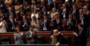 El Pleno del Congreso ha aprobado este miércoles el proyecto de Ley de Presupuestos Generales del Estado de 2018, los segundos del Gobierno de Mariano Rajoy en minoría y con el mismo respaldo que en 2017: PP y sus socios electorales de UPN y Foro, más Ciudadanos, los canarios de Coalición Canaria (CC) y Nueva Canarias (NC), y también el PNV, pese a seguir en vigor el artículo 155 de la Constitución en Catalunya. Durante las votaciones decisivas, el resultado más repetido ha sido 176 votos a favor frente a 171 en contra, de PSOE, Unidos Podemos, Esquerra Republicana, PDeCAT, Compromís y EH-Bildu. Entre los votos del 'no' había tres ausencias (dos diputadas de Unidos Podemos y otra del PSOE).http://www.publico.es/politica/presupuestos-2018-rajoy-toma-aire-aprobacion-pge-votos-pp-cs-pnv.html