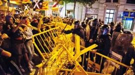 """Intento de asalto al Parlament tras instar Torra a los CDR a «apretar»...""""Otoño caliente para recordar el otoño negro catalán de 2017. El independentismo conmemoró este lunes el aniversario del referéndum ilegal del 1 de octubre con una nueva jornada de movilización callejera protagonizada en buena forma por los Comités de Defensa de la República (CDR) y el independentismo más violento, cuyas acciones -intento de asalto al Parlamento catalán anoche, enfrentamientos con los Mossos, cortes de carreteras, ocupación de las vías el AVE, fallido intento de paralizar la actividad económica...-, un año después del hito del 1 de octubre reflejan la impotencia de un movimiento secesionista que se sabe fracasado. Por la tarde, una nutrida manifestación convocada por la ANC recorrió las calles de Barcelona para recordar lo sucedido hace un año y denunciar la intervención policial de entonces, ahora mismo, junto a la petición de libertad de los políticos presos, el único nexo común de un independentismo dividido, fracturado en su estrategia y que después de años proclamando ser la «revolución de las sonrisas» se descubre bronco y hasta violento. Al acabar la marcha, y después de que por la mañana el presidente Quim Torra animase a los CDR a «seguir apretando», frente al Parlamento catalán se produjeron escenas de violencia cuando varios centenares de manifestantes desbordaron el cordón policial y se enfrentaron a los Mossos, a los que lanzaron las vallas del perímetro mientras exigían la dimisión de Torra y del consejero del Interior, Miquel Buch....""""Los graves incidentes de este lunes -una reformulación del asedio al Parlament de 2011- son el reflejo de la deriva secesionista, a la que Torra responde plegándose a los radicales. Si el sábado los Mossos sacaban brillo a sus porras para contener la contramanifestación de la CUP -ante el enojo del independentismo más radical- ayer se refería a los CDR como sus «amigos». De forma simultánea a que esos mismos CDR mantenían cortada la"""