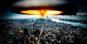 no de los recuerdos más amargos que tiene la humanidad es el inmenso hongo atómico que se levantó sobre Hiroshima, el 6 de agosto de 1945, cuando los Estados Unidos soltaron su mortífera arma nuclear. Murieron cerca de 120 mil personas. Entonces, el imperio de Japón se rindió irrevocablemente: no tenían más opción ante el horror. Pero la humanidad no aprendió la lección y durante algo más de 45 años, que fue lo que duró la Guerra Fría, estuvimos en la tensión constante de que alguno de los bandos en conflicto, la Unión Soviética o Estados Unidos, activara el botón y una bomba atómica nos borrara a todos del mundo. Solía decirse que, por el arsenal atómico que había, cada ser humano estaría sentado en cuatro kilos de dinamita. Ese era el miedo entonces https://www.kienyke.com/historias/armas-nucleares-en-el-planeta-tierra
