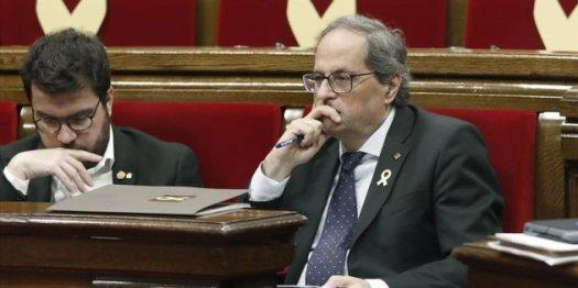 """El Parlament ha aprobado este jueves una resolución de los comuns que rechaza y condena """"el posicionamiento del Rey Felipe VI y su intervención en el conflicto catalán"""", ya que considera que justificó las cargas policiales del 1 de octubre de 2017. La iniciativa, que ha salido adelante con los votos de los comuns, JxCat y ERC --69 votos--, la abstención de la CUP -4- y el rechazo de PP, PSC y Cs --57--, también reivindica los valores republicanos y apuesta por """"la abolición de una institución caduca y antidemocrática como la monarquía"""". El Parlament reprueba el Rey dos días después de rechazar una resolución de JxCat que perseguía lo mismo: entonces no prosperó porque los comuns no dieron su apoyo alegando que aquella iniciativa, aparte de reprobar el monarca, reivindicaba la vía unilateral a la independencia que no comparten.https://www.huffingtonpost.es/2018/10/11/el-parlament-reprueba-al-rey-propone-abolir-la-monarquia_a_23558384/"""